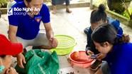Leo núi hái sim gây quỹ giúp trẻ em nghèo
