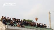 Muôn kiểu chen chân kiếm chỗ xem hội ở đền Cuông