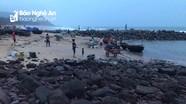 Lật thuyền thúng câu mực, ngư dân Nghệ An may mắn được cứu
