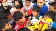 Cầu thủ SLNA bị khán giả 'vây' xin chữ ký khi đá giao hữu từ thiện