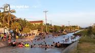 Kênh thủy lợi ở Nghệ An 'biến' thành hồ bơi ngày nắng nóng