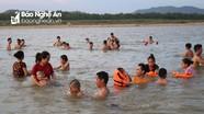 Nắng nóng, người dân đổ ra 'bãi tắm Cửa Lò' trên sông Lam