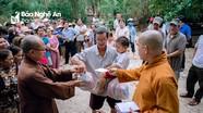 Các chùa Nghệ An trao hàng nghìn suất quà cho người dân vùng lũ miền Trung