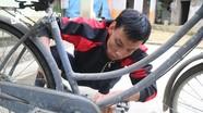 Thanh niên tàn tật ở Nghệ An nhiệt tâm sửa chữa xe đạp cũ tặng học sinh nghèo