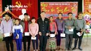 Thanh tra tỉnh trao tặng quà cho hộ nghèo, học sinh vượt khó ở Quế Phong