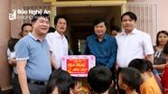 Phó Chủ tịch UBND tỉnh Lê Hồng Vinh tặng quà Tết các trẻ em mồ côi, tật nguyền