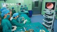 Chuyên gia đầu ngành tai mũi họng trực tiếp phẫu thuật cho bệnh nhân tại Bệnh viện ĐKTP Vinh