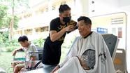 Bệnh nhân được cắt tóc, gội đầu miễn phí tại Bệnh viện Chấn thương chỉnh hình Nghệ An