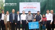 Ủy ban MTTQ tỉnh Nghệ An trao tặng tiền hỗ trợ xây dựng nhà đại đoàn kết cho hộ nghèo