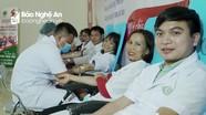 Y bác sĩ Bệnh viện Đa khoa thành phố Vinh hiến máu tình nguyện mùa dịch Covid-19