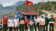 Trao quà, mặt nạ phòng chống dịch Covid-19 cho chiến sỹ, y bác sỹ tại Nghệ An