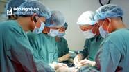Giáo sư đầu ngành trực tiếp phẫu thuật cho bệnh nhân tại Bệnh viện đa khoa Cửa Đông