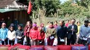 Ban Tuyên giáo Tỉnh ủy thăm, tặng quà cho các hộ nghèo xã biên giới huyện Tương Dương