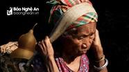 Mẹ già người Thái gùi nước