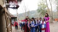 Học sinh tìm hiểu nếp sinh hoạt của đồng bào tại Lễ hội Đền Vạn - Cửa Rào