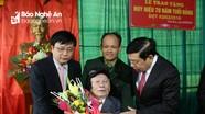 Chủ tịch UBND tỉnh trao Huy hiệu Đảng cho đảng viên xã Nam Kim, Nam Đàn