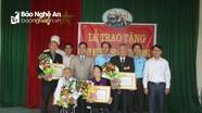 Quỳnh Lưu trao Huy hiệu 70, 50 tuổi đảng cho các đảng viên
