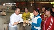 Cán bộ khuyến nông dạy bà con bản nghèo chăn nuôi tại nhà
