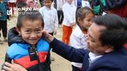 Báo Nghệ An tặng quà học sinh và người nghèo xã biên giới Na Ngoi, Kỳ Sơn