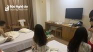 Bắt 'nóng' 5 nam nữ thanh niên 'bay lắc' trong khách sạn ở Nghệ An