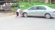 Thót tim cảnh cháu bé đuổi theo xe ô tô kẻ cướp giật ở Nghệ An