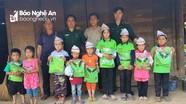 Trao 32 suất quà cho học sinh nghèo Kỳ Sơn