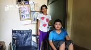 Tặng xe lăn cho mẹ con tàn tật ở Thanh Chương