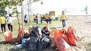 Gần 100 đoàn viên ngành Bưu điện tham gia làm sạch môi trường biển Diễn Thành