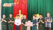 Chủ tịch UBMTTQ tỉnh tặng quà Đồn Biên phòng Phúc Sơn và trao tiền hỗ trợ nhà đại đoàn kết