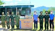 Báo Nghệ An trao tặng tủ đông cho các chốt biên phòng chống dịch Covid-19 ở Quế Phong