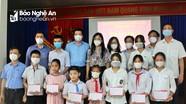 Trao học bổng, điện thoại thông minh cho học sinh ở Con Cuông, Quỳnh Lưu