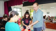 Phụ huynh người nước ngoài hồi hộp bốc thăm cho con vào mầm non ở Vinh