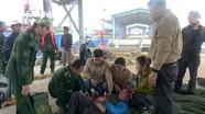Đồn biên phòng Quỳnh Phương vận chuyển ngư dân vào bờ cấp cứu