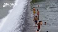 """Trẻ em đùa giỡn với """"tử thần"""" ở đập Phà Lài"""