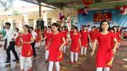 Màn nhảy sôi động của các cô giáo mầm non với phụ huynh hút người xem