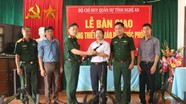 Bộ CHQS Nghệ An bàn giao súng tiểu liên AK cho các trường học