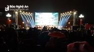Bất chấp trời mưa, khán giả thành Vinh vẫn đổ về Quảng trường ủng hộ ĐT Việt Nam
