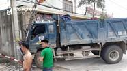 Xe tải mất lái đâm cột điện gãy đôi