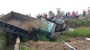 Hai xe tải đâm nhau trên đường N5 Nghệ An, cùng lao xuống ruộng