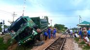 Tàu hỏa đâm văng ô tô trên đường ngang ở Nghệ An, tài xế thoát chết