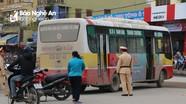 Va chạm với xe buýt, một phụ nữ ngã bất tỉnh