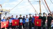 Tỉnh đoàn Nghệ An tặng cờ Tổ quốc, tủ thuốc cho ngư dân TX. Cửa Lò