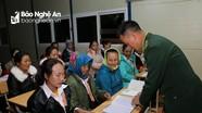 Lớp học xóa mù chữ cho phụ nữ bản Mông nơi biên giới