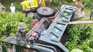 Giải cứu tài xế mắc kẹt trong ô tô tải bị tai nạn trên Quốc lộ 7