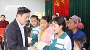 Chủ tịch UBND tỉnh Thái Thanh Quý tặng quà Tết tại huyện Quỳ Châu
