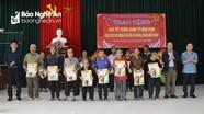 Đảng ủy Khối CCQ tỉnh, Báo Nghệ An, Công ty CP Xây dựng Tân Nam tặng quà Tết cho người nghèo
