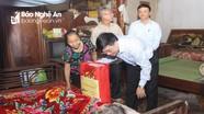 Đồng chí Nguyễn Văn Thông chúc Tết, tặng quà tại huyện Tương Dương