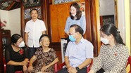 Phó Chủ tịch HĐND tỉnh Nguyễn Nam Đình dâng hương tưởng niệm liệt sỹ, tặng quà Mẹ Việt Nam anh hùng