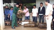 Đồn Biên phòng Môn Sơn trao tặng nhiều lợn giống cho bà con Đan Lai