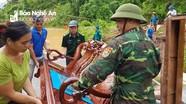 Bộ đội biên phòng xuyên đêm giúp dân di dời tài sản tránh ngập lụt
